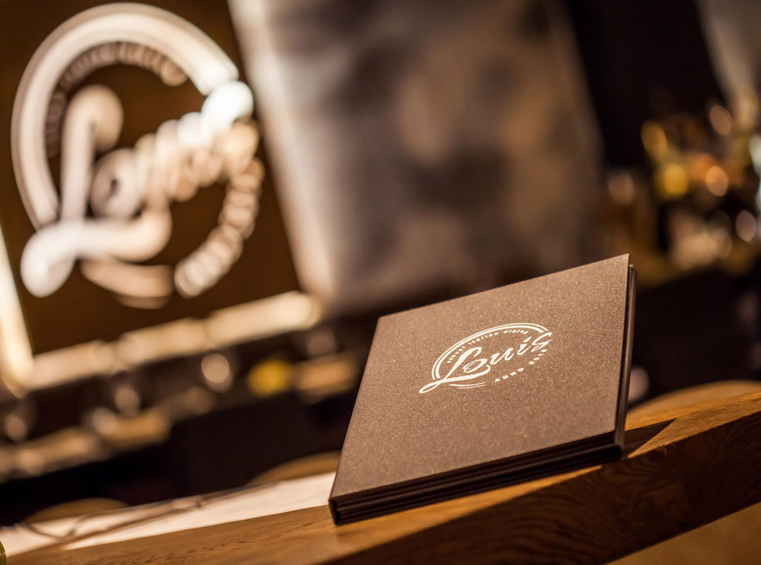 Weinkarte mit geprägtem Logo für das Restaurant LOUIS 2