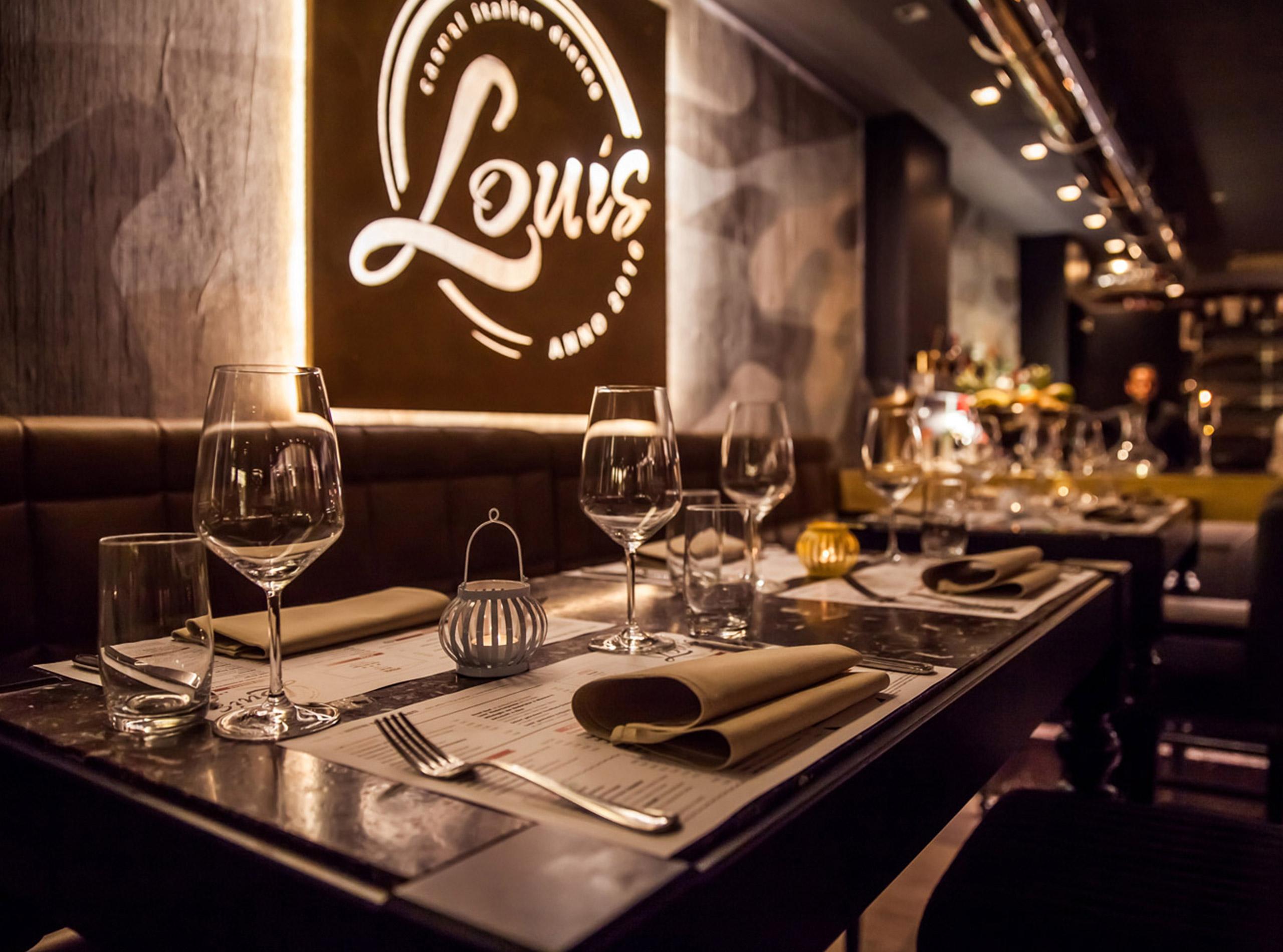 Beleuchtetes Schild mit Logo im Restaurant LOUIS 4