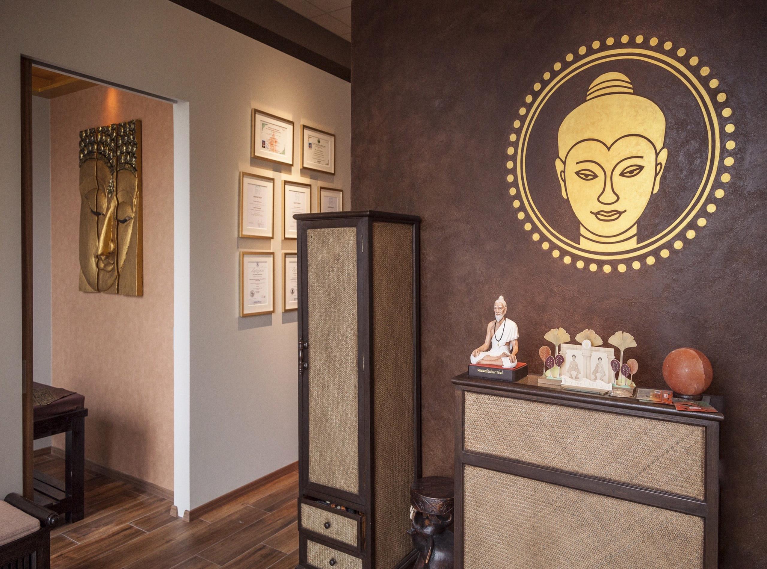 Wandmalerei mit Goldfarbe für SUNAN Thai Massage 2